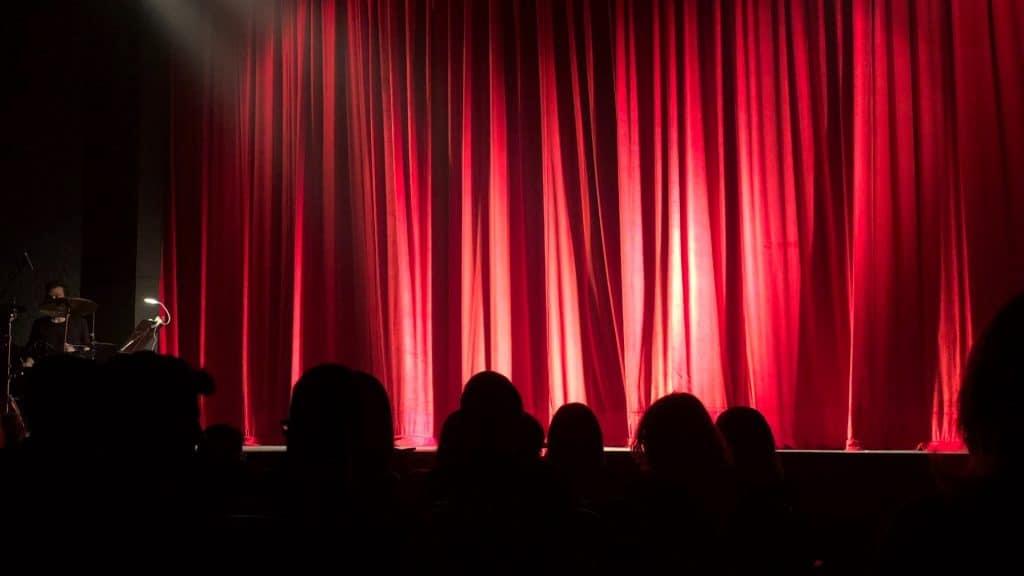 A partir del lunes podrán abrir cines, teatros y museos