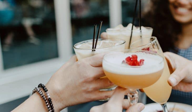 Cinco tragos de cinco bares cool que debes probar este verano