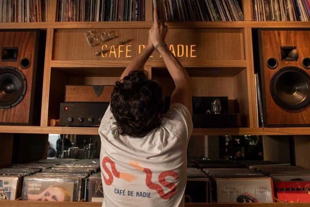 Café de Nadie: beber rico, oír vinilos y pasarla bien