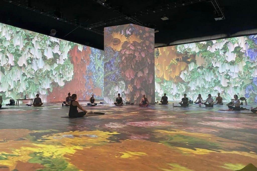 Toma una clase de yoga junto a la obra inmersiva de Van Gogh