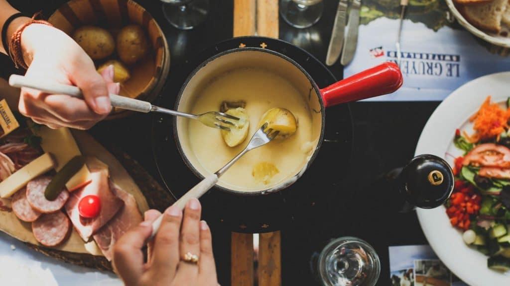fondue raclette restaurant suisse montagne hiver plats traditionnels chalet