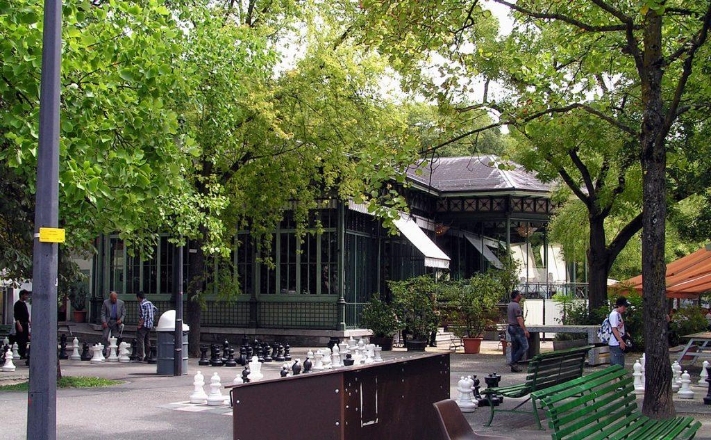 promenade de la treille - genève - fontaine de la treille - panorama - promenade - parc des bastions - marronniers - arbres - pictet de rochemont - statue - jeu d'échec - banc de la treille - banc le plus long du monde