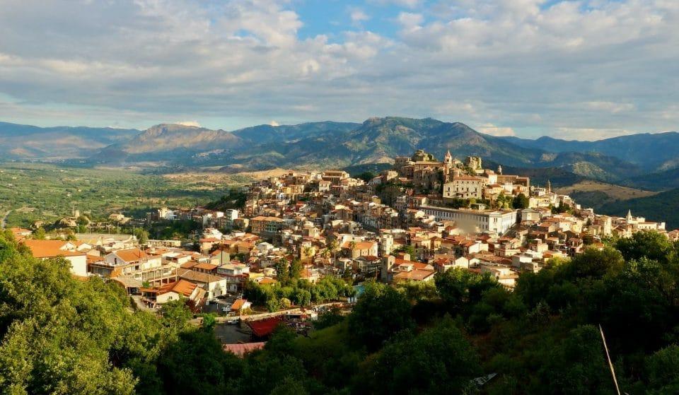 Insolite : Un nouveau village italien vend des maisons à 1 euro, au pied de l'Etna en Sicile !