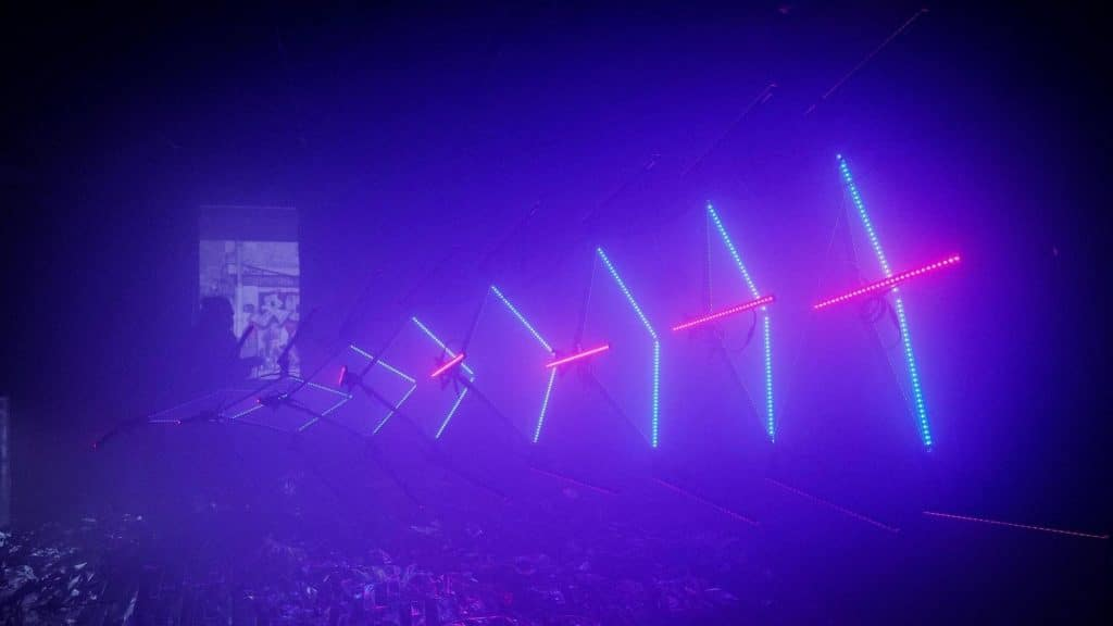 «Unagi» : Une anguille reproduite en LEDs en exposition visible en plein air à Genève !