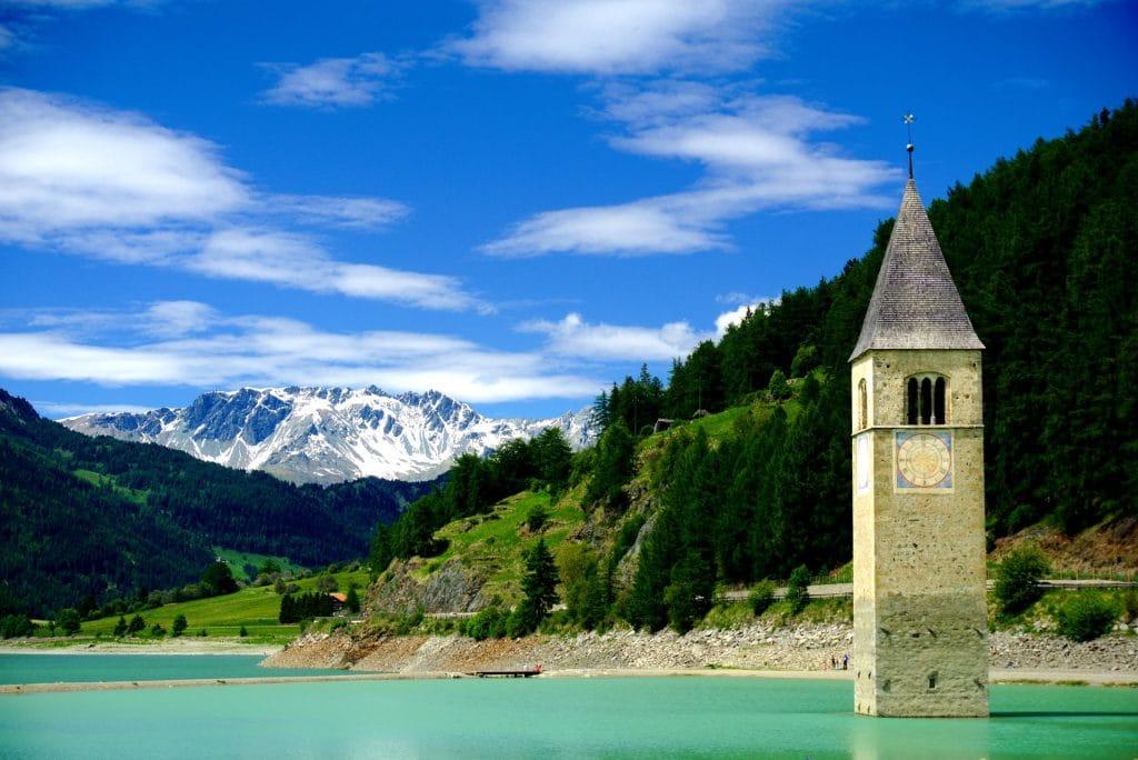 curon italie village englouti eau lac netflix série