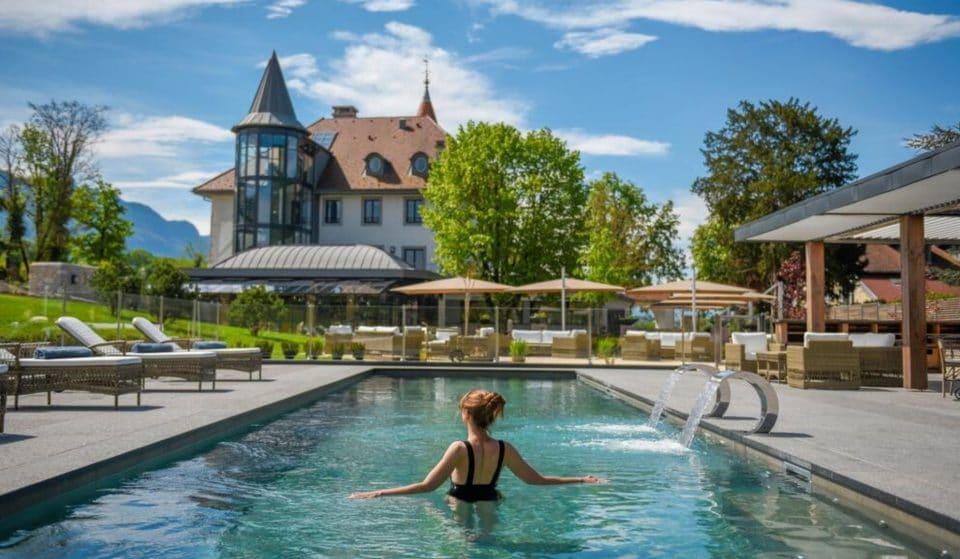 Un magnifique château 4* avec piscine entre lac et montagne a ouvert à moins d'une heure de Genève !