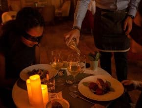 Faites plaisir à vos papilles avec cette expérience unique de dîner les yeux bandés !
