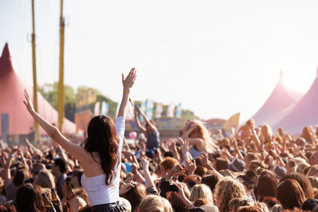 Ce week-end, participez à Festi'Home et vivez l'ambiance du festival depuis chez vous !