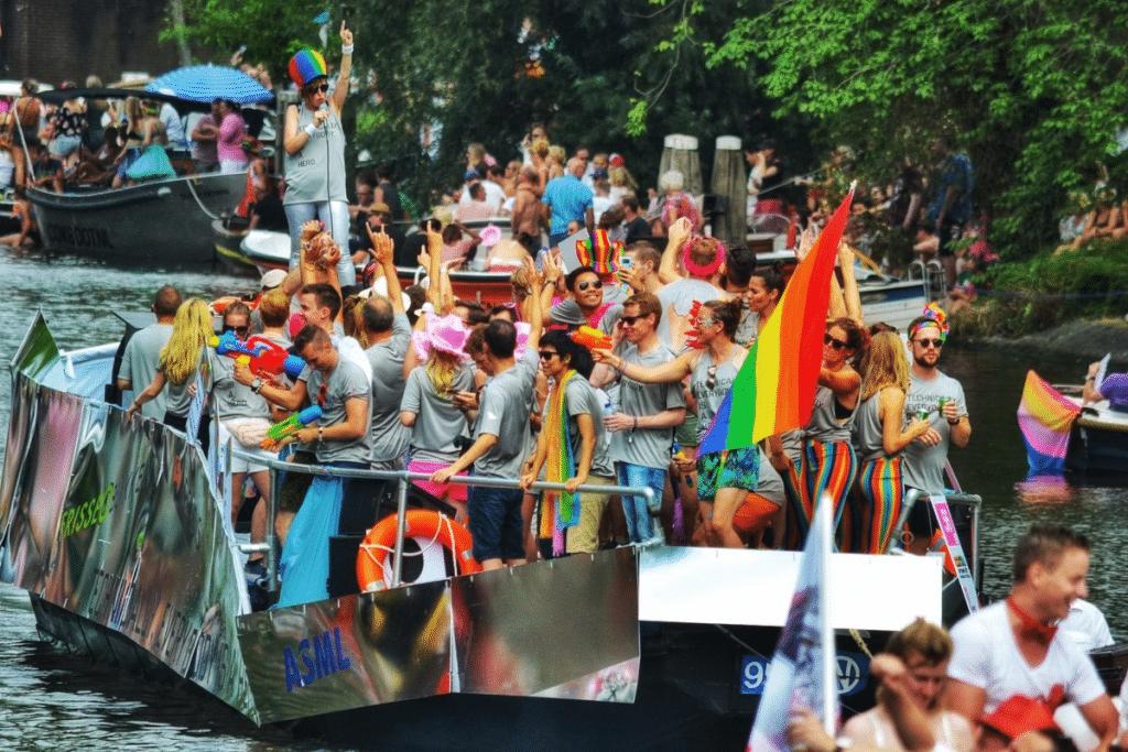 C'est officiel : la Canal Parade d'Amsterdam aux couleurs des fiertés aura lieu cet été !