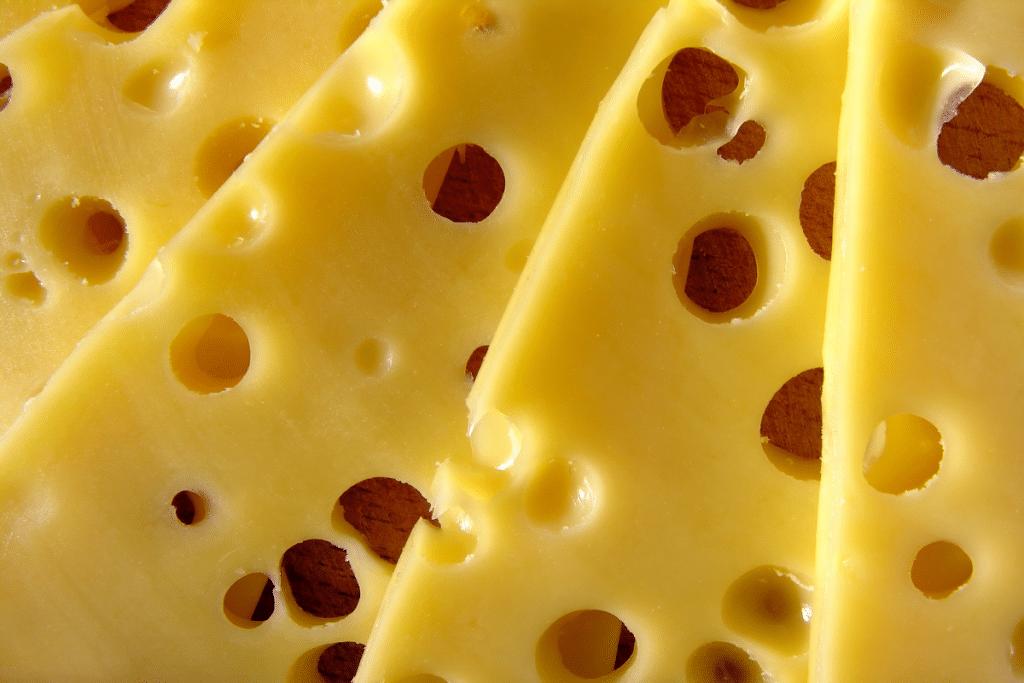 Des scientifiques ont percé à jour le mystère des trous dans le fromage !