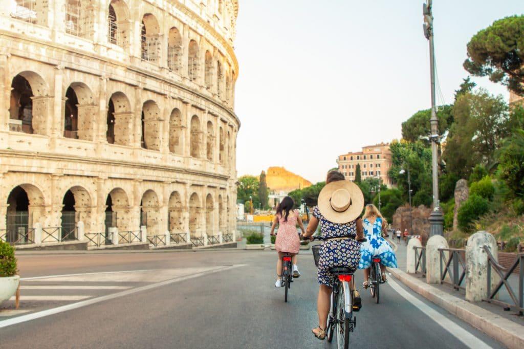 Touristes à vélo à Rome