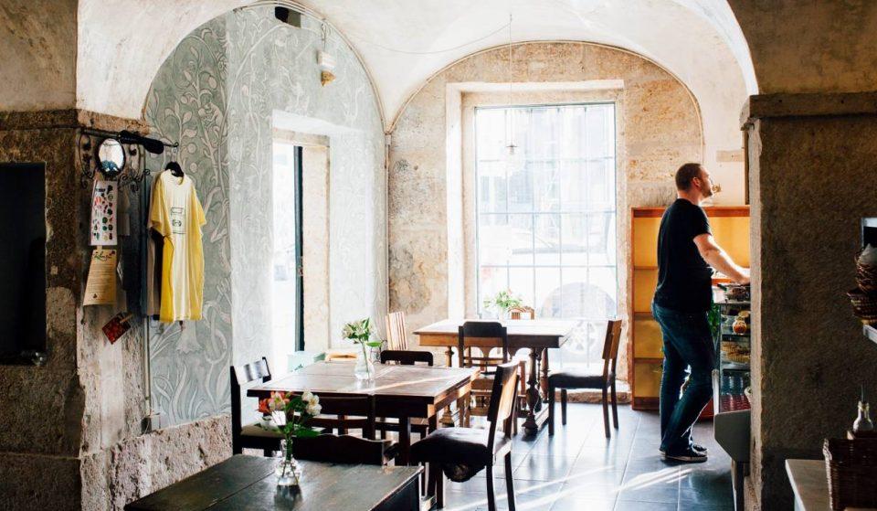 Café Tati, um restaurante, café e bar com música ao vivo