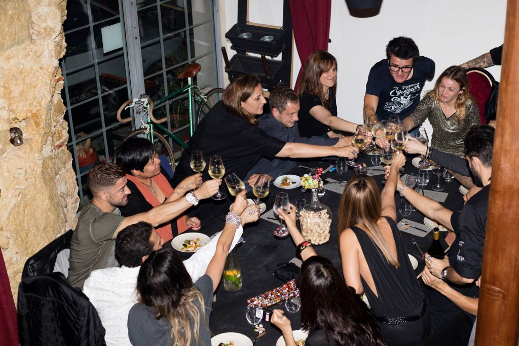 Já pensaste em jantar na casa de pessoas que (ainda) não conheces?