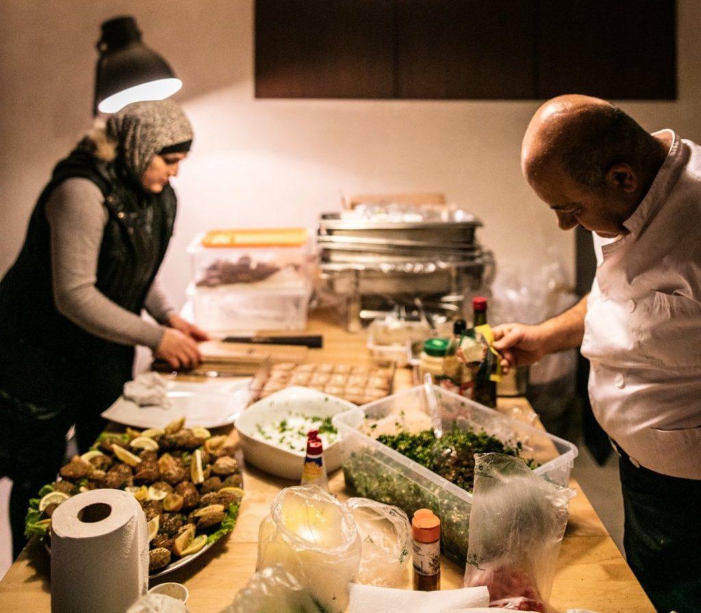 Já pensaste em ter chefs e cozinheiros da Síria e Eritreia a cozinhar para ti?