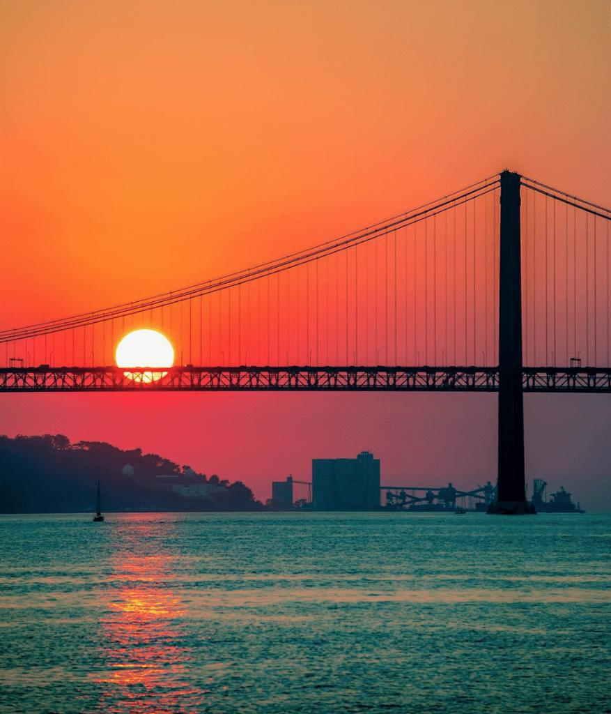 pôr-do-sol em lisboa junto à ponte 25 de abril
