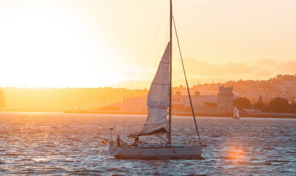 Preferes um passeio a veleiro ou uma festa open bar pelo Tejo?