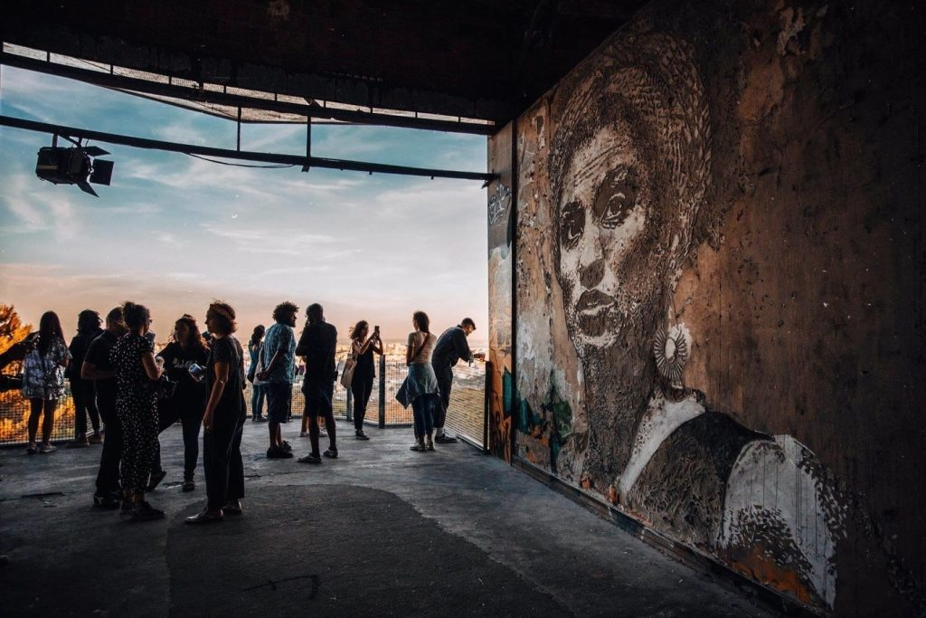 Este mural de Vhils tem vista para a cidade