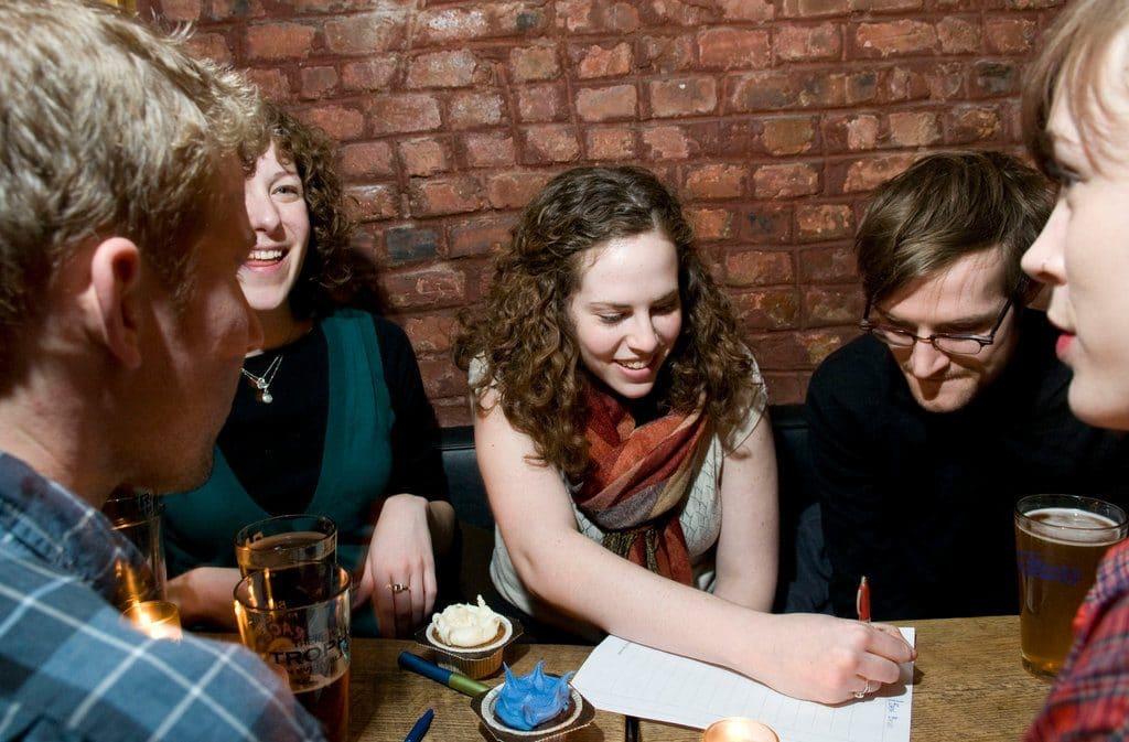 Noites de quiz: perguntas e respostas entre copos e petiscos