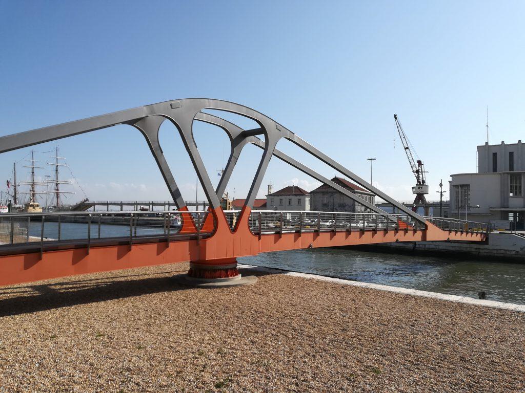 Ponte móvel da Rocha Conde de Óbidos: desde 1927 a ver passar navios