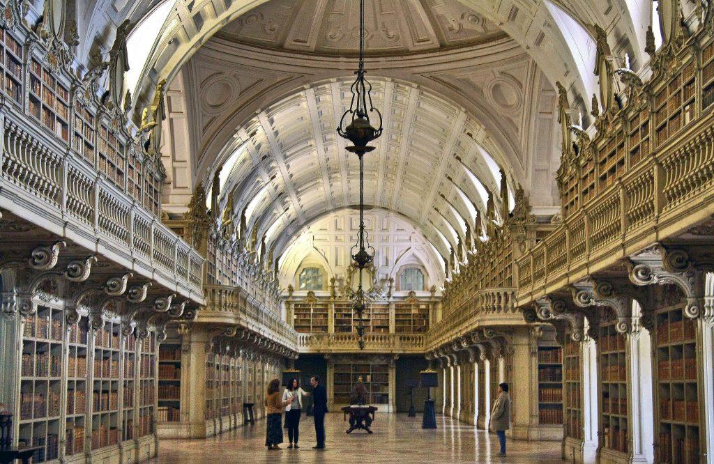 Uma das bibliotecas mais bonitas do mundo fica a meia hora de Lisboa