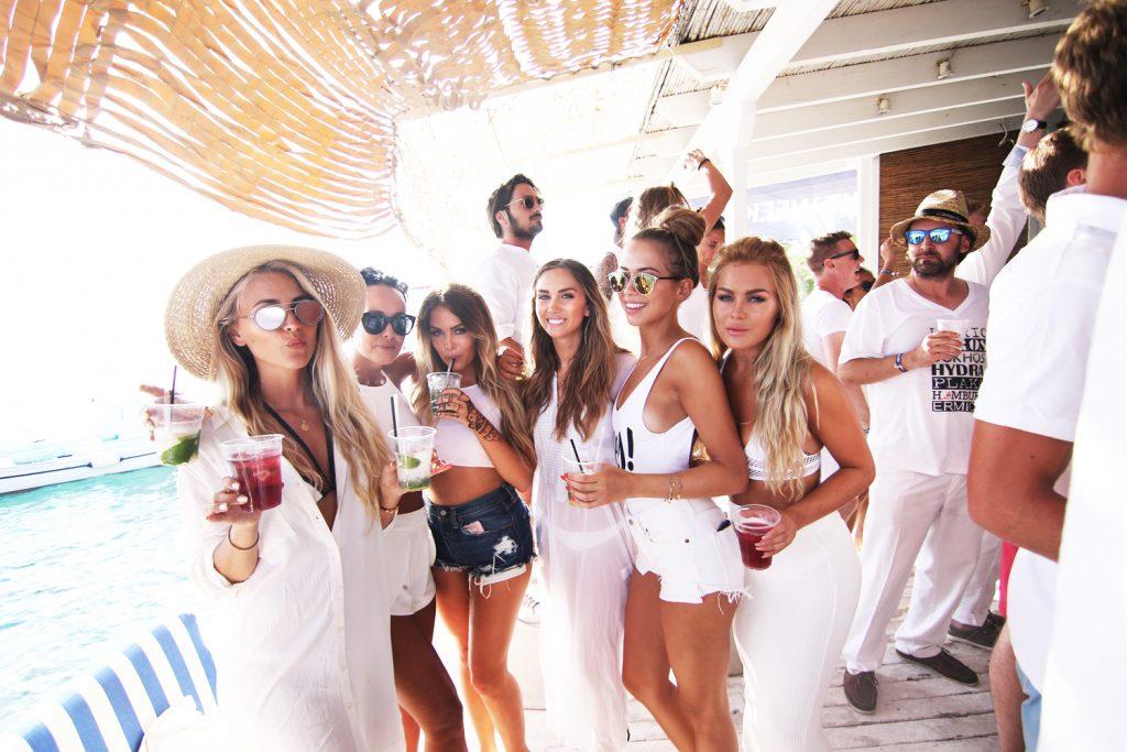 O Tejo veste-se de branco para uma festa a bordo de uma caravela!