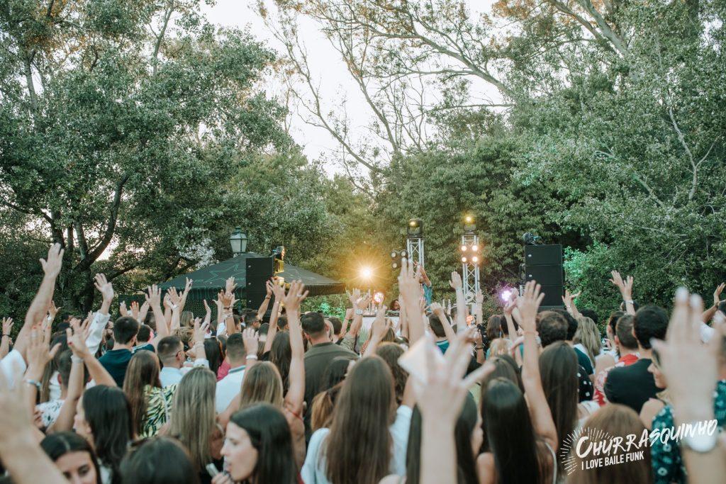 Churrasquinho: música brasileira e comes e bebes numa festa bem tropical