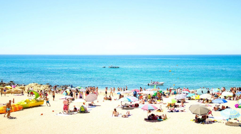 O mês de agosto vai chegar ameno a Lisboa, mas quente no Algarve