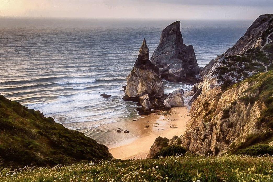 Vem aí uma caminhada à Praia da Ursa (e promete vistas incríveis)