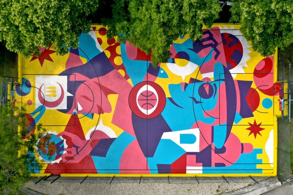 Um campo de basquetebol que é obra de arte urbana