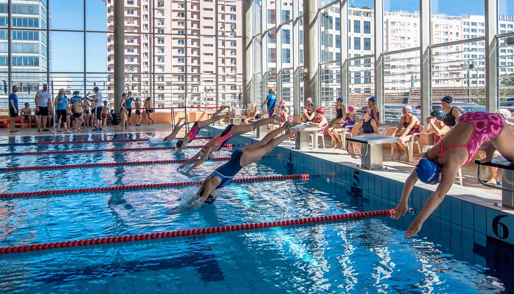 nadadoras nas psicinas municipais do Parque das Nações