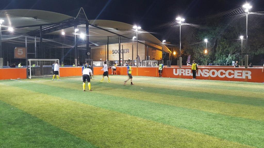 gupo de homens a jogar futebol no UrbanSoccer Lisboa