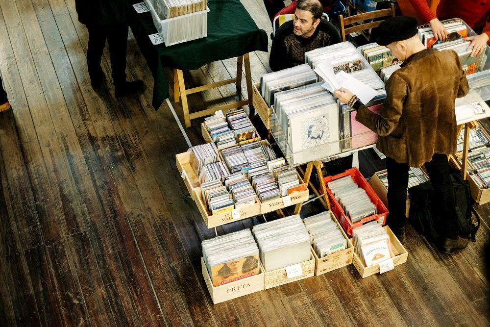 Homem escolhe um disco na Feira do Vinil em Lisboa