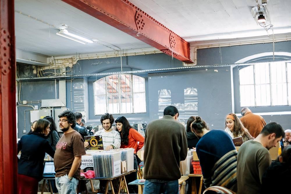 Várias pessoas a escolherem discos na Feira do Vinil em Lisboa