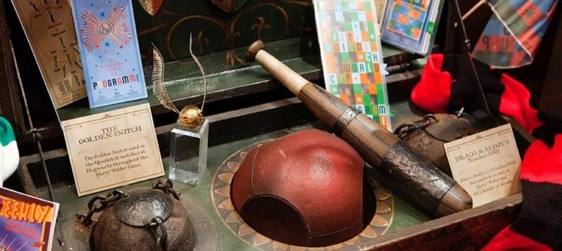 alguns objetos dos filmes de Harry Potter na exposição Harry Potter™️: The Exhibition