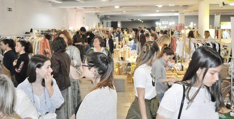 grupo de pessoas às compras na Hype Market em Alvalade