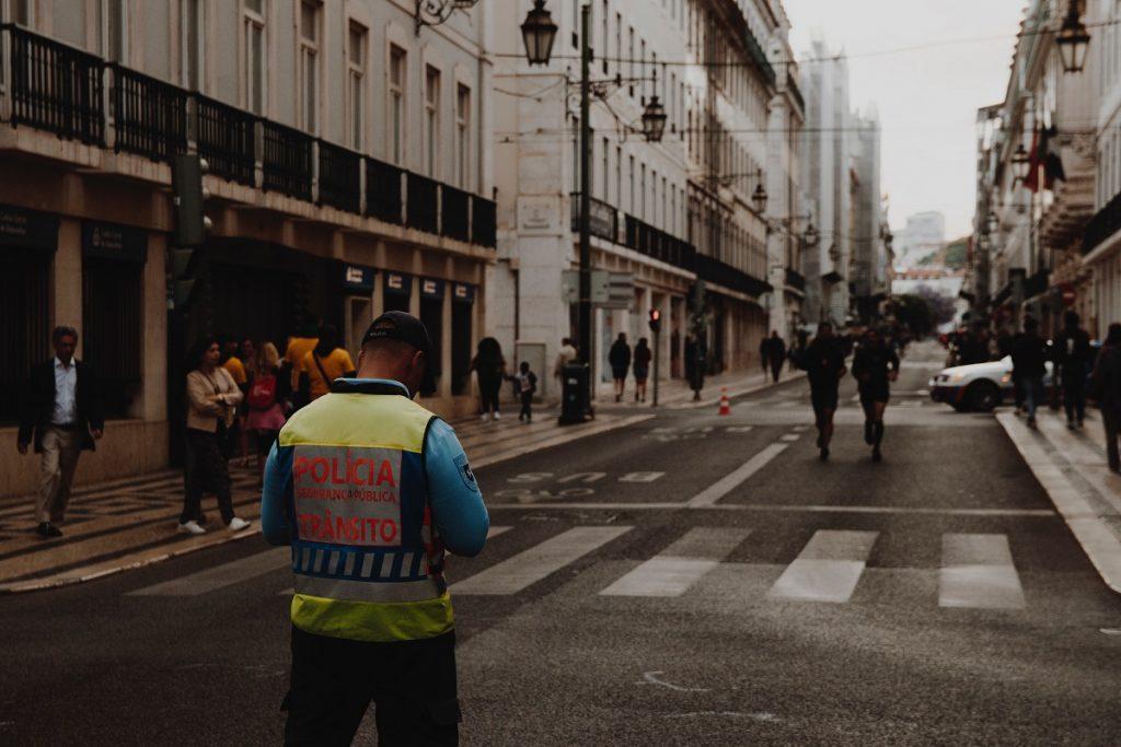 polícia a cortar a estrada