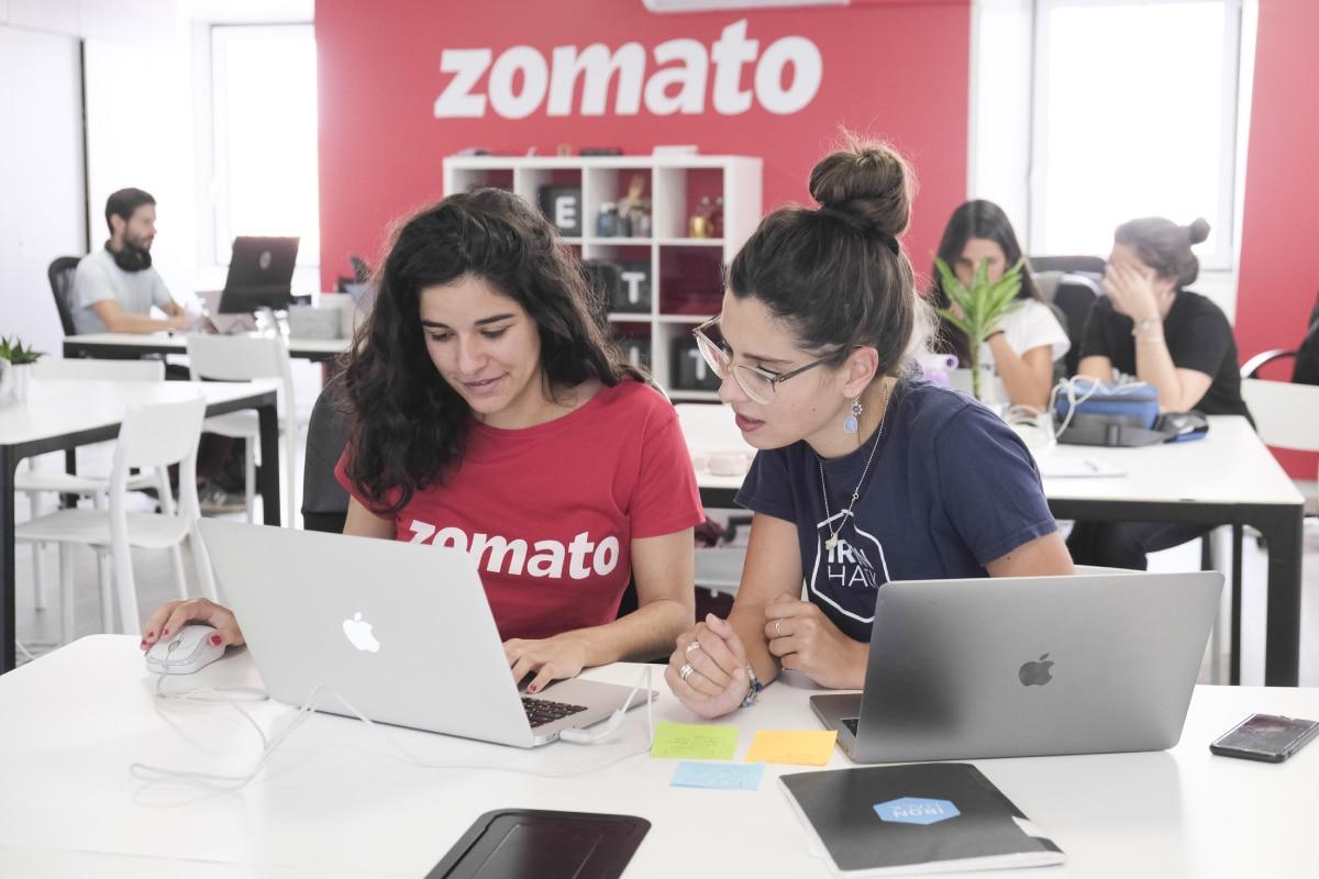 duas alunas da ironhack a programar para a zomato