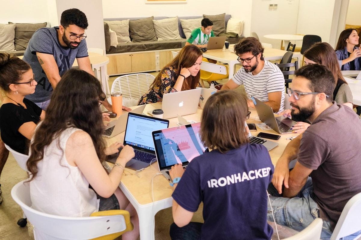 grupo de estudantes da ironhack a programar