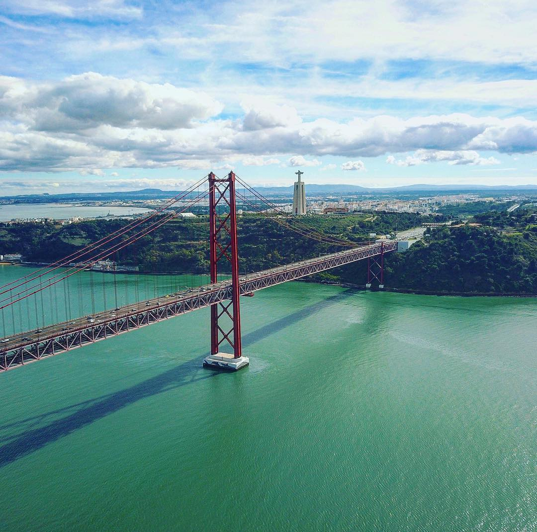 Ponte 25 de Abril, Cristo Rei e Rio Tejo vistos de cima