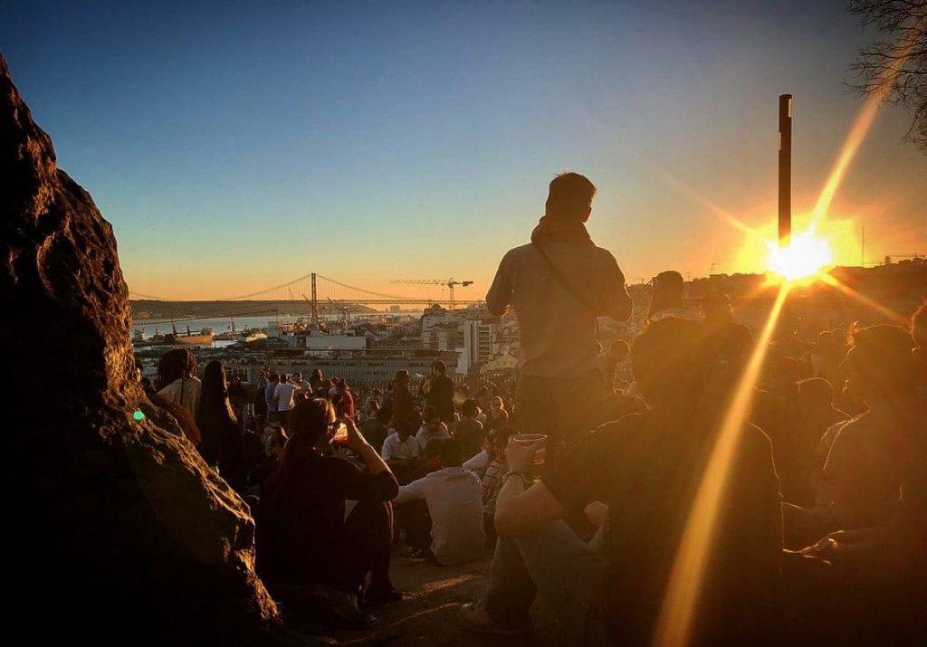 grupo de pessoas no miradouro do adamastor em Lisboa