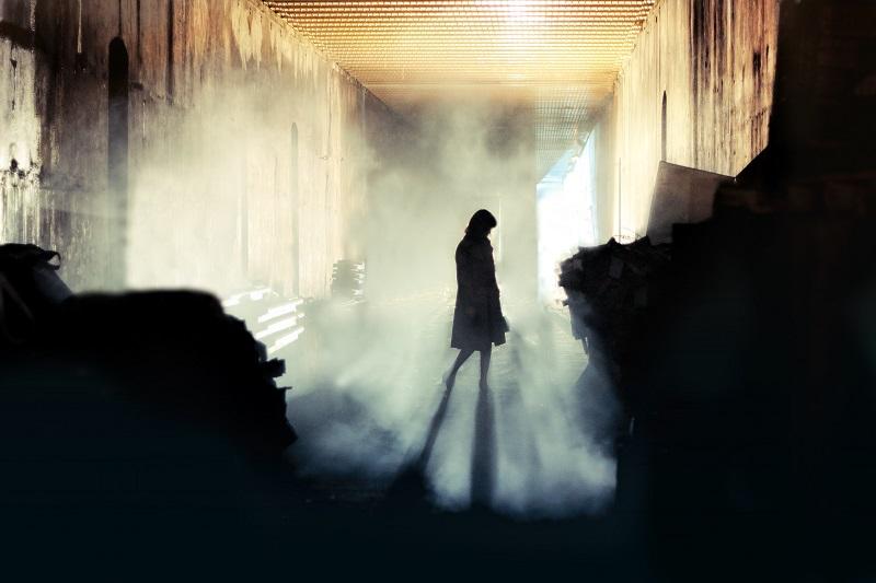 mulher em ambiente mistério
