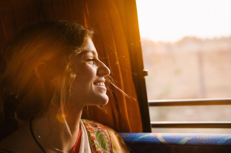 rapariga espreita por janela de autocarro