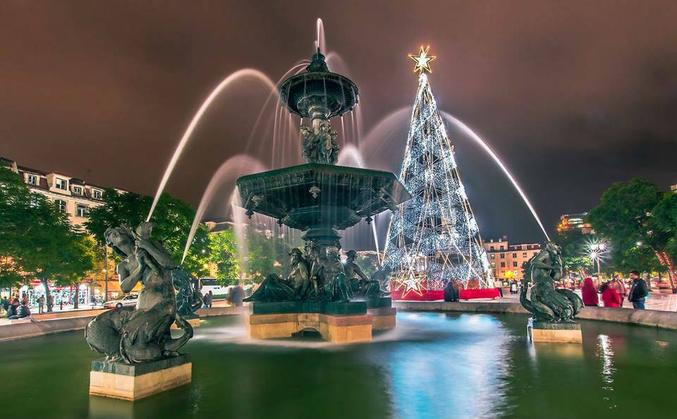 praça do rossio iluminada com luzes de natal