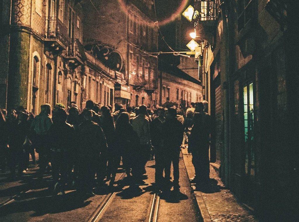 pessoas na rua em Lisboa