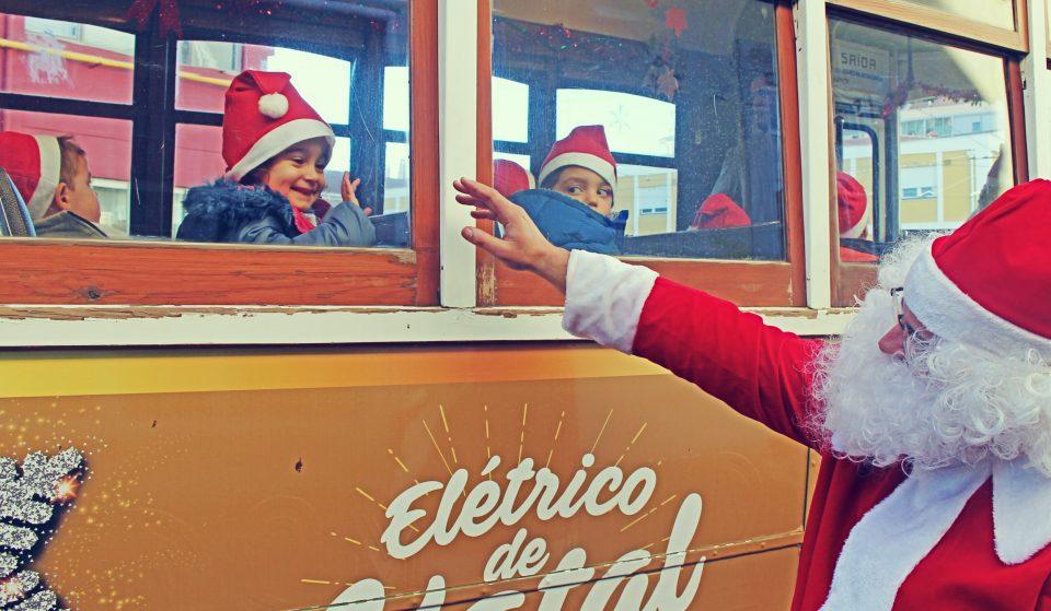Elétrico de Natal percorre ruas de Lisboa
