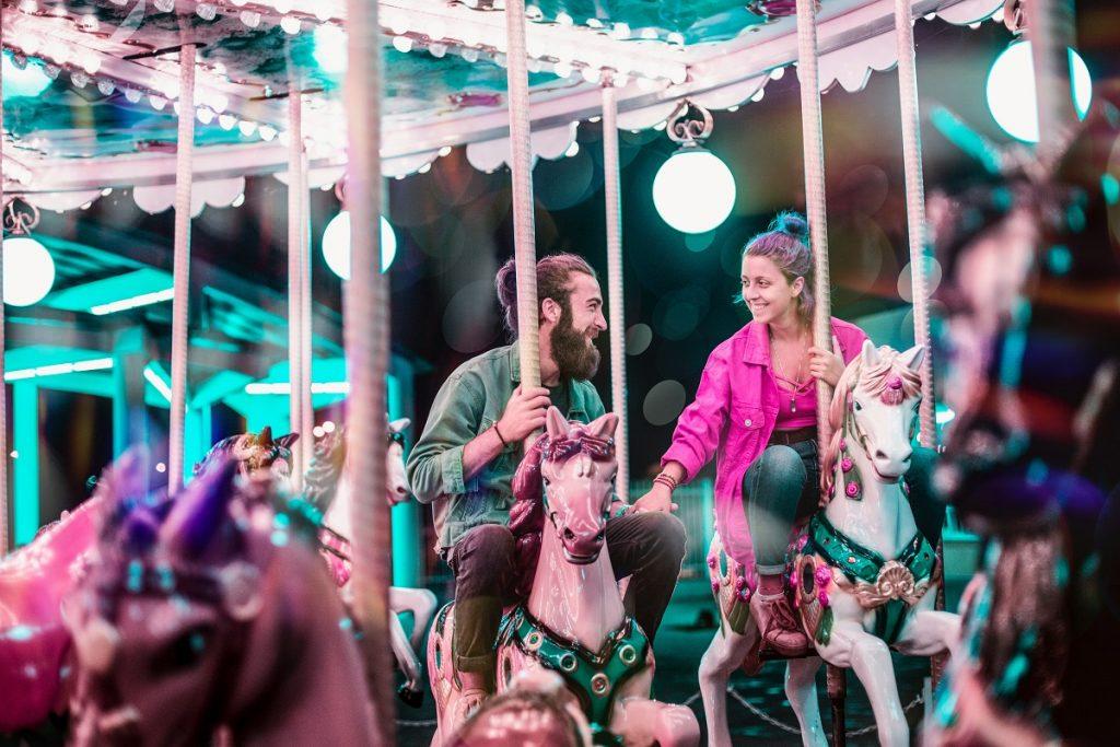 homem e mulher a andarem de carrossel