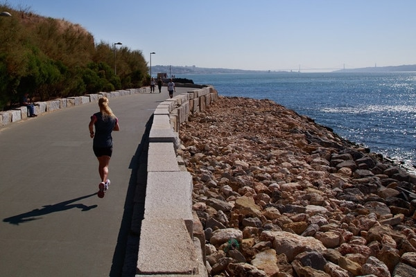 corredora no passeio marítimo de oeiras