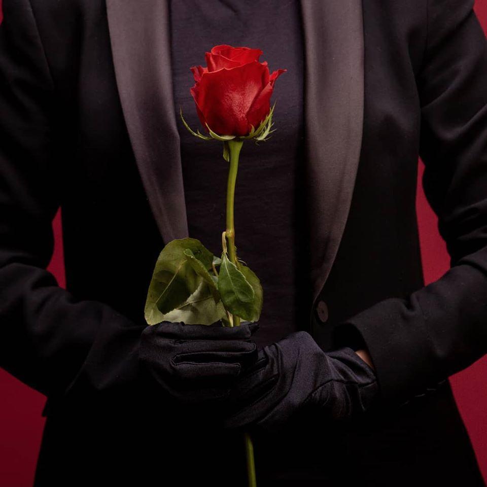 homem com rosa nas mãos