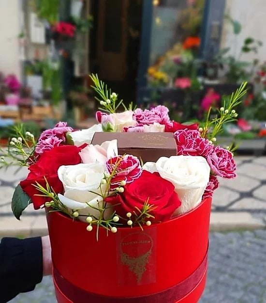 balde com flores e chocolate