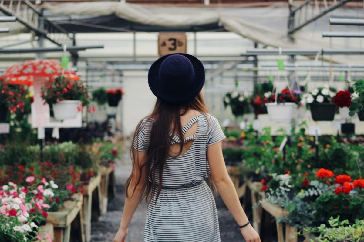 mulher numa loja de flores